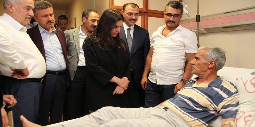 Bakan Sarıeroğlu, kaza geçiren şehit babasını ziyaret etti