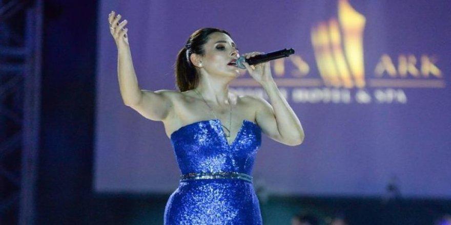 Funda Arar, Minik Serçe'ye sahneden seslendi