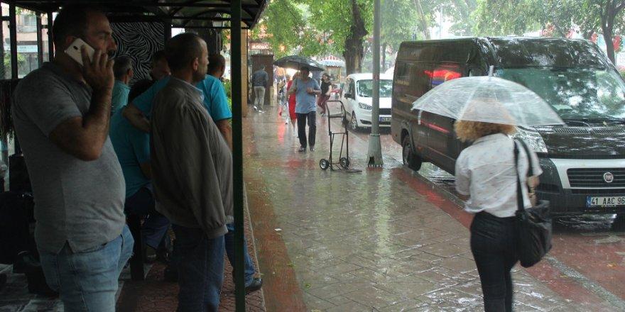 Yağmur bir anda bastırdı