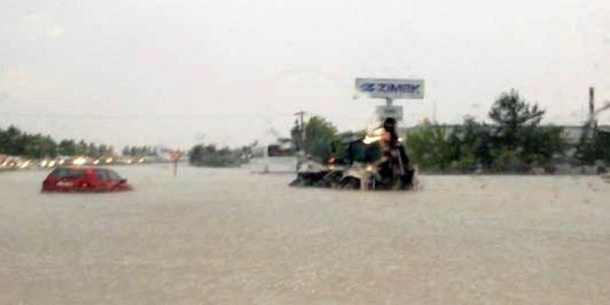 Şiddetli yağış hayatı felç etti