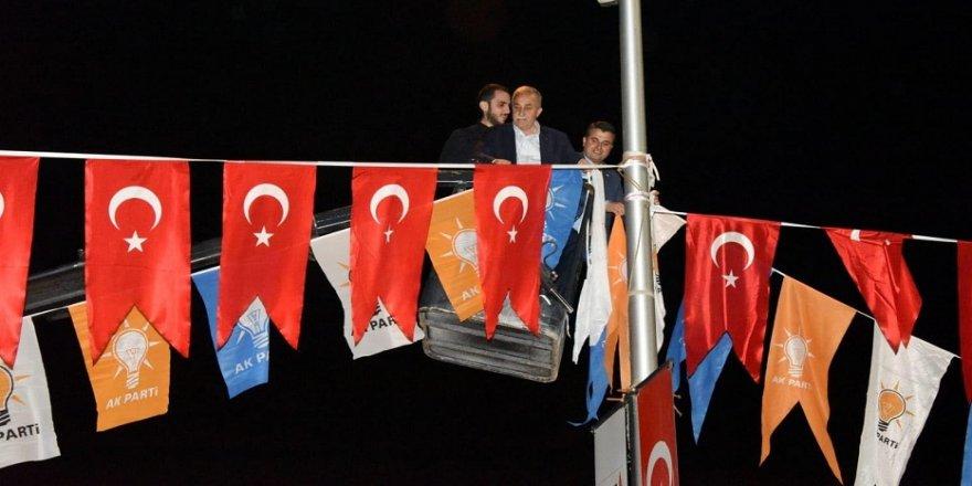 Bakan Fakıbaba, vince çıkıp bayrak astı