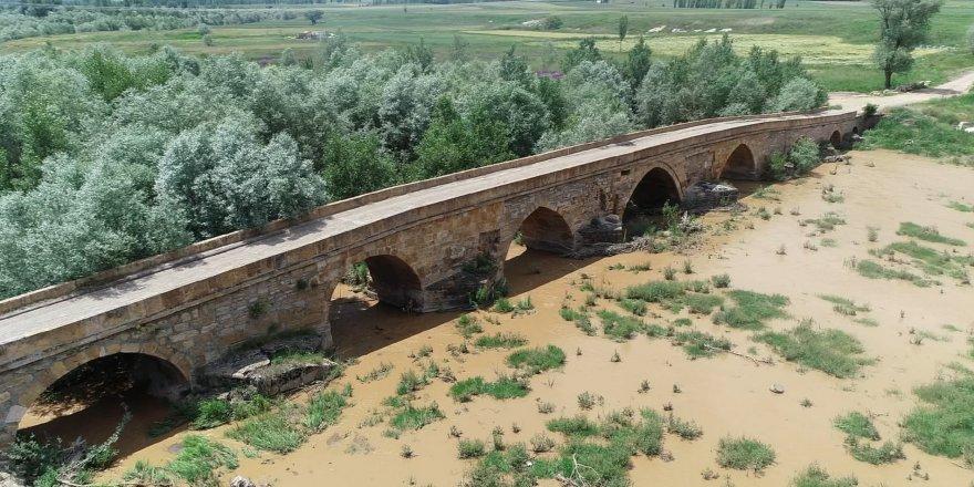 Kral yolu üzerindeki tarihi köprü dikkat çekiyor