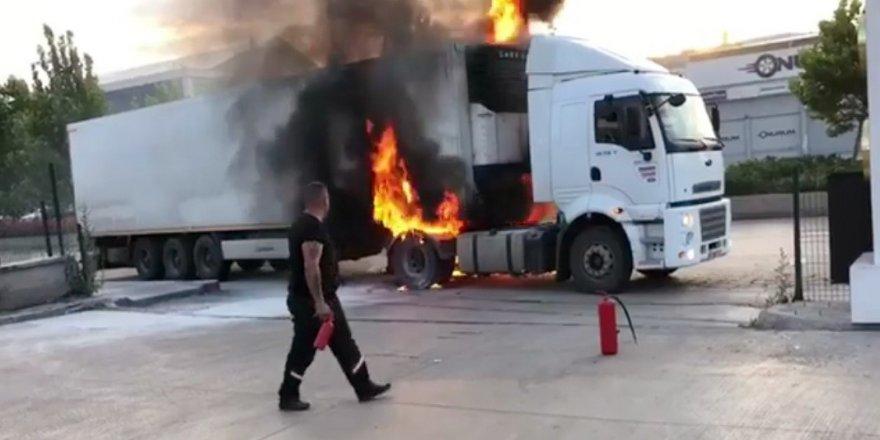 Park halindeki tır alev alev yandı