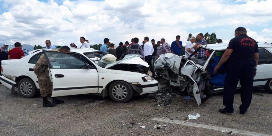 İki otomobil kafa kafaya çarpıştı: