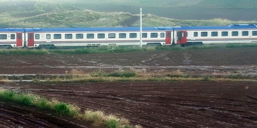 300 yolcuyu taşıyan tren yolda kaldı