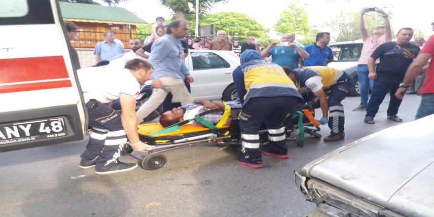 Yayaya yol veren otomobile çarpan sürücü yaralandı