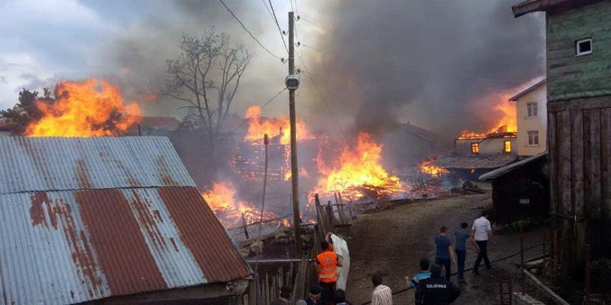 Yangında 7 ev, 3 ambar ve 1 ahır küle döndü