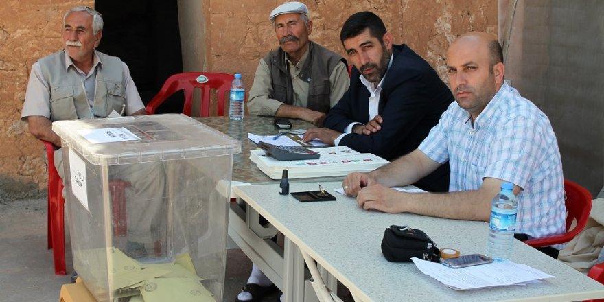 14 seçmenli mahallede 4 kişi oy kullandı