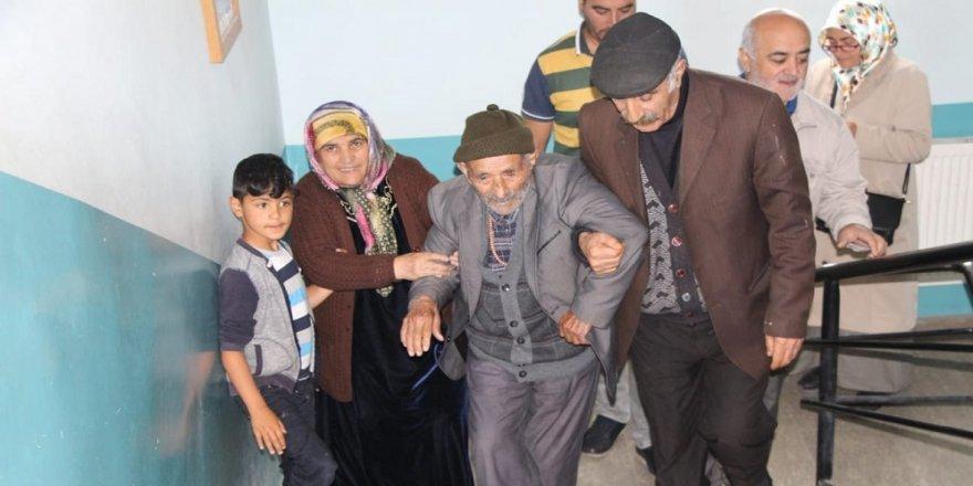 109 yaşındaki Ahmet dede oyunu kullandı