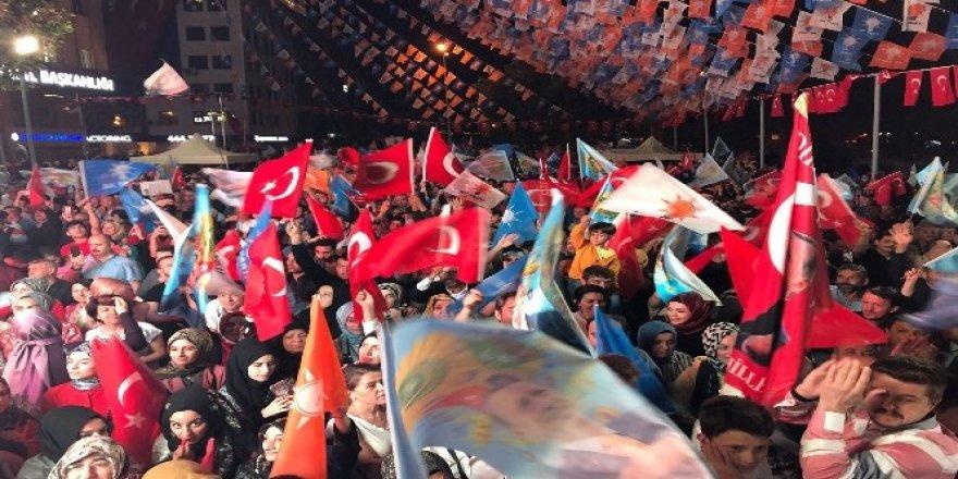 Kocaeli'de AK Parti önünde kutlamalar başladı