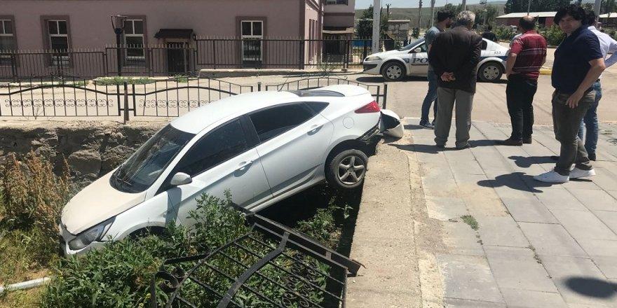 Otomobil bahçe duvarından uçtu