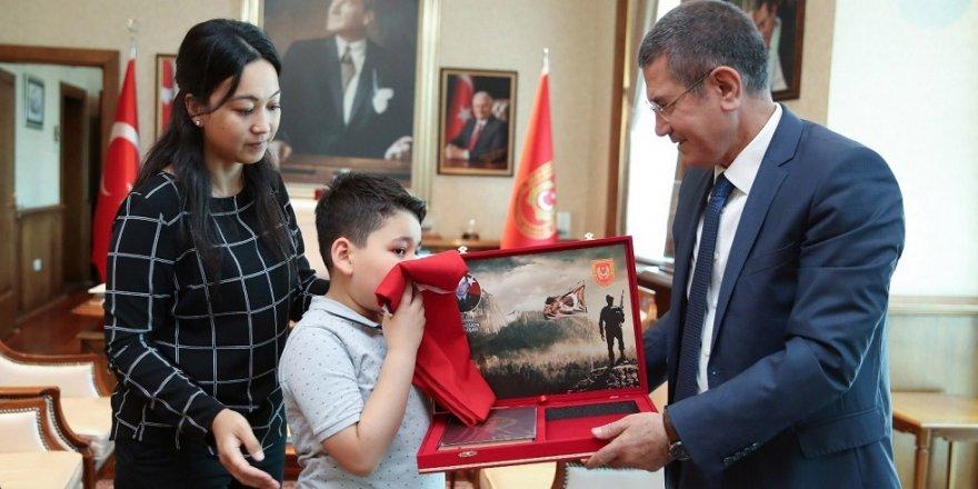 Bakan Canikli, şehit ailesini ağırladı