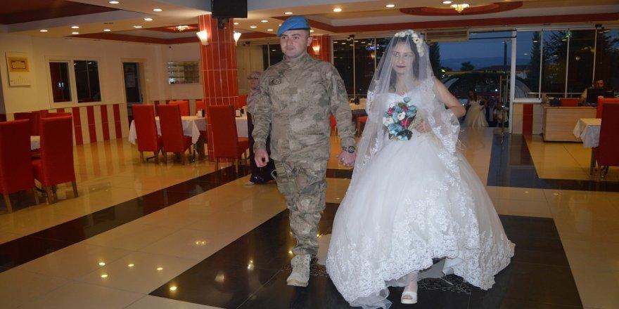 Kendi düğününe askeri üniforma ile geldi
