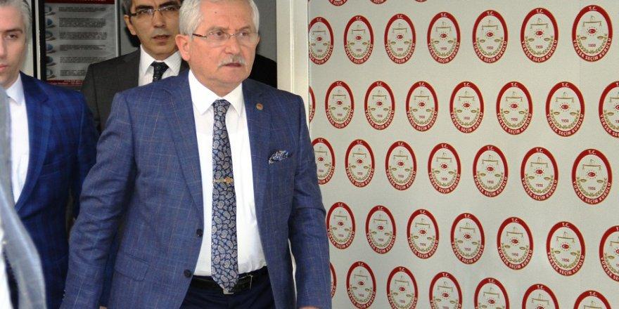 YSK Başkanı, Erdoğan'ın mazbatasını Kahraman'a teslim etti