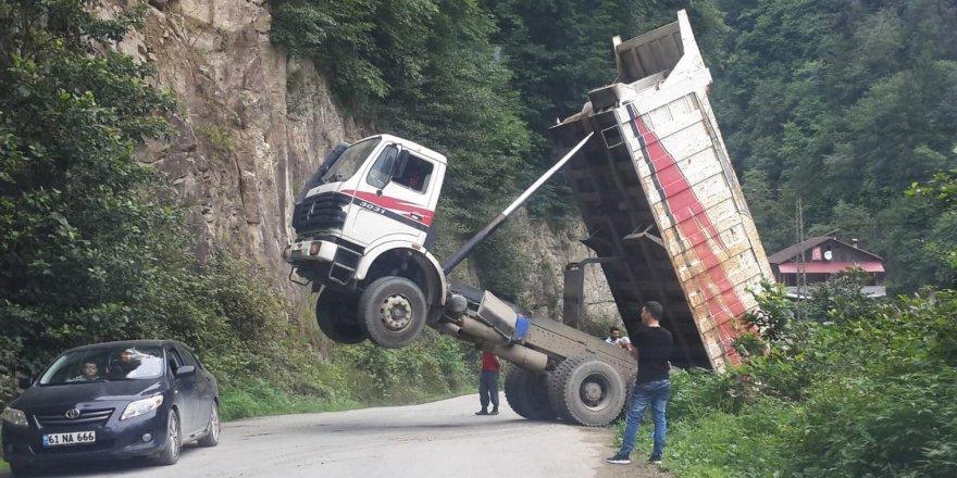 Taş boşaltan kamyon askıda kaldı