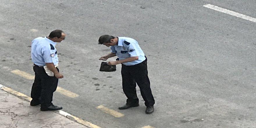 Yola fırlayan el çantasına polis el koydu