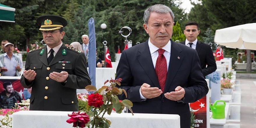 Milli Savunma Bakanı Akar şehitlerin mezarını ziyaret etti