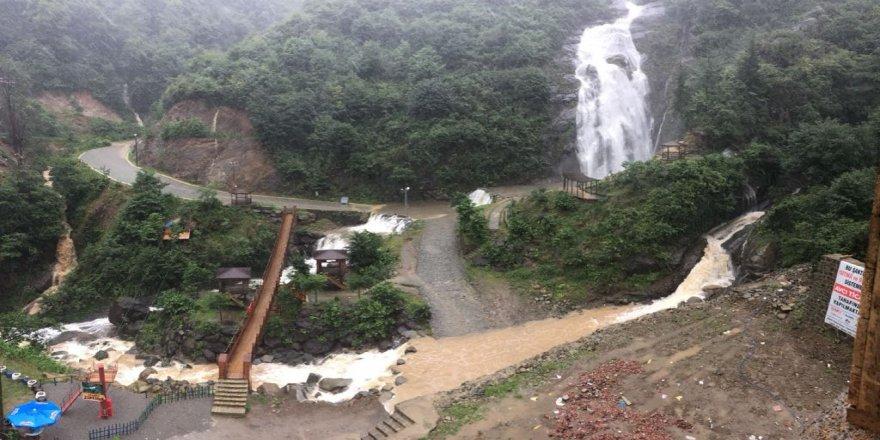 Turistik şelaleden aşırı yağış sonrası çamur aktı