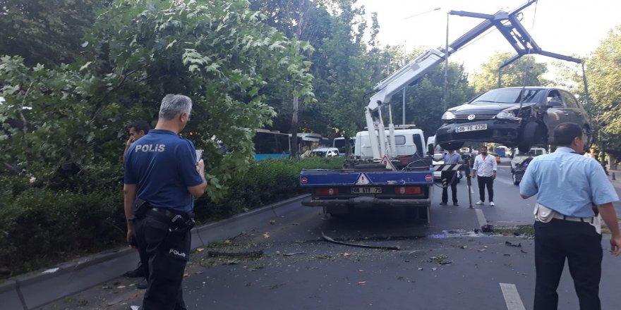 Kontrolden çıkan araç refüjdeki ağacı devirdi