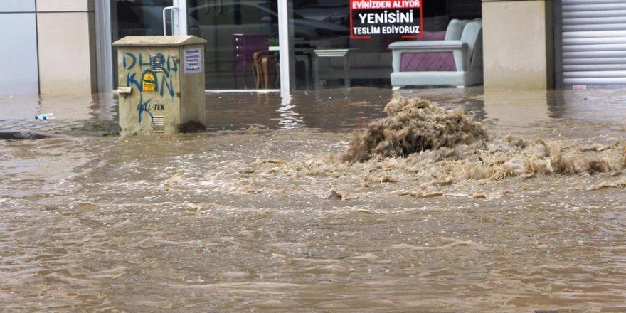 Aşırı yağış rögarları taşırdı