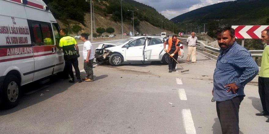 Otomobil bariyere çarptı: 4 yaralı