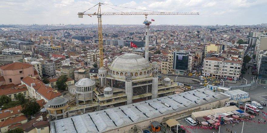 Taksim Camisi'nin minaresi yükseliyor