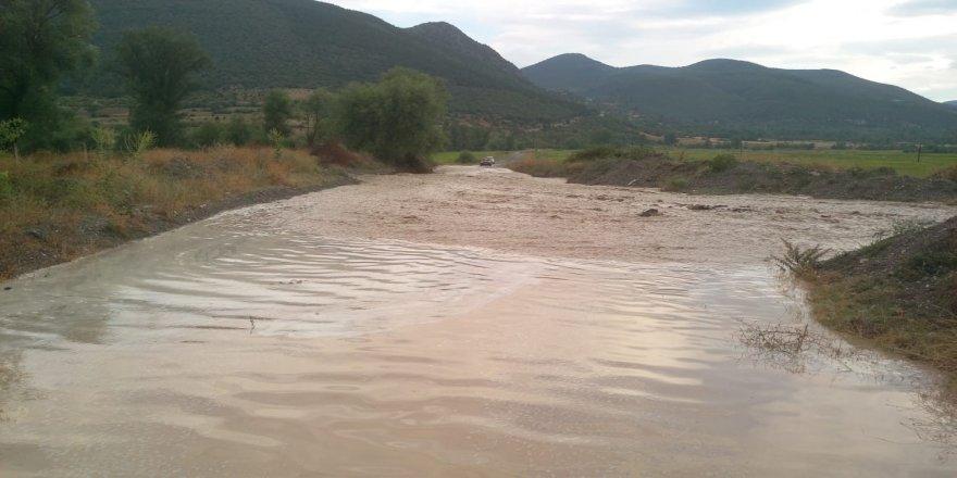 Şiddetli yağmur sonrası köy yolları kapandı
