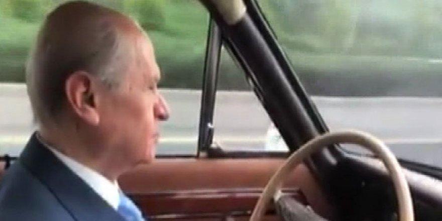 Yine o şarkıyı dinledi ! Klasik otomobiliyle caddelerin tozunu attırdı