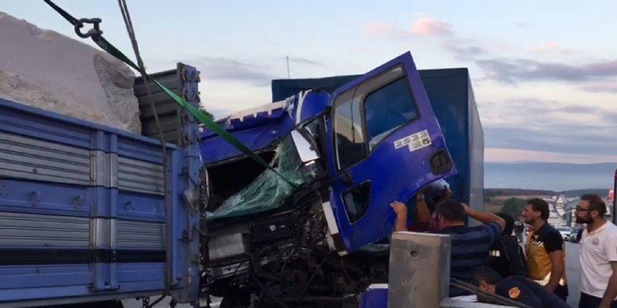 Kamyon kamyona arkadan çarptı