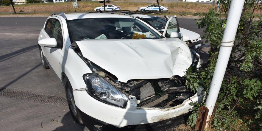 Lastiği patlayan pikap karşı şeritteki otomobile çarptı: 5 yaralı