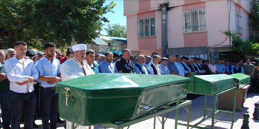 Adıyaman'da yaşamanı yitirenler toprağa verildi