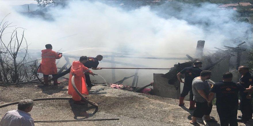 Yardımlarla yapılan ev yanarak kül oldu