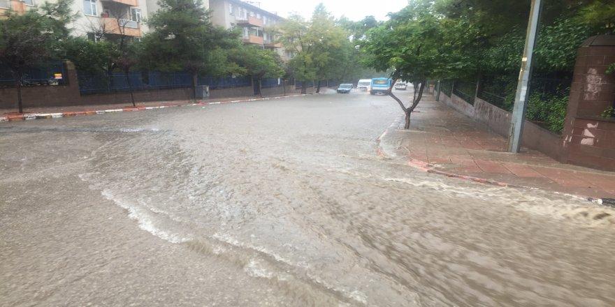 Şiddetli yağmur sokakları göle çevirdi