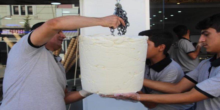 50 kilo dondurmayı ücretsiz dağıttı