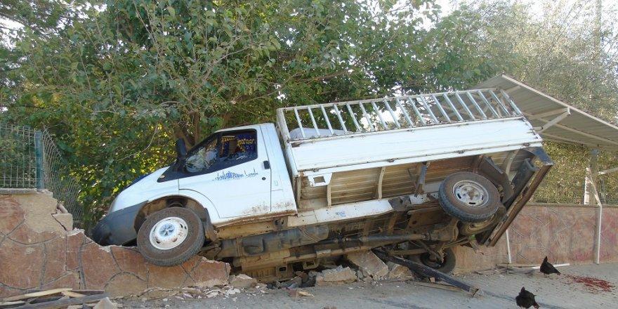 Freni boşalan kamyonet mezarlığa girdi