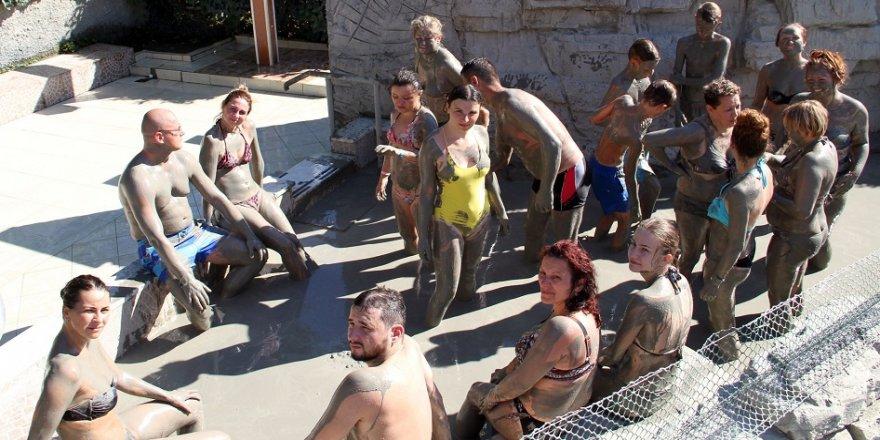 Turistler çamur banyosuyla stres atıyor