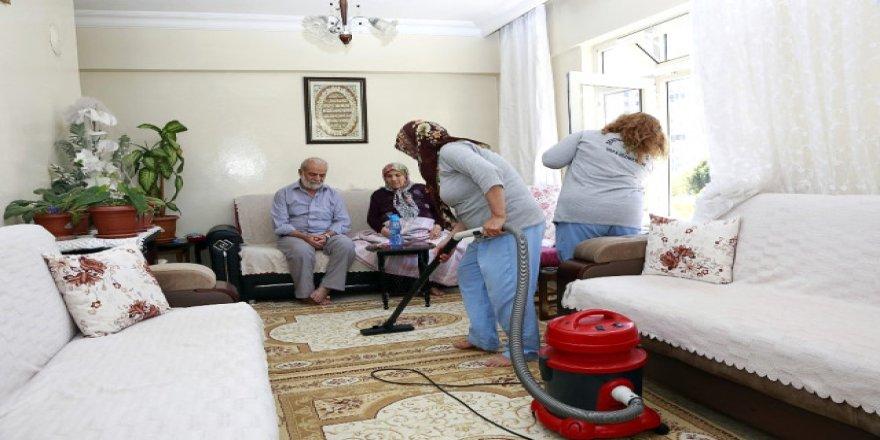 Bayram temizliği yaşlı çifti sevindirdi