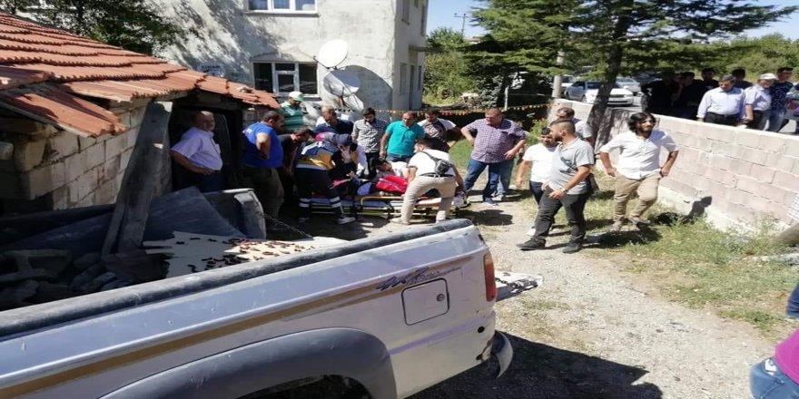 Pikap ile motosiklet çarpıştı: 1 ölü, 2 yaralı