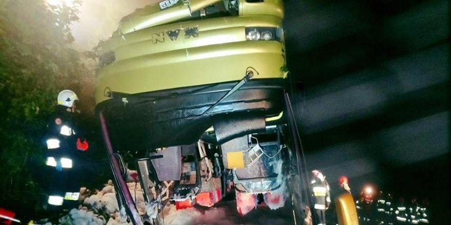 Tur otobüsü kaza yaptı: 3 ölü, 51 yaralı