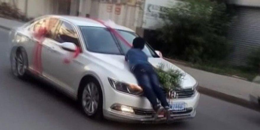 Bahşiş için gelin arabasına asıldı