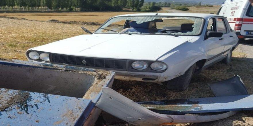 Otomobil beton bloğa çarptı : 5 yaralı