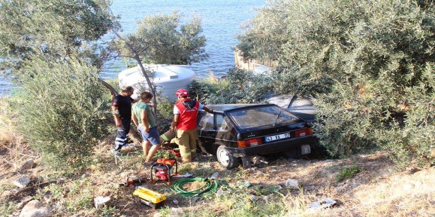 Alkollü sürücü otomobiliyle yol kenarındaki zeytin ağacının üstüne uçtu