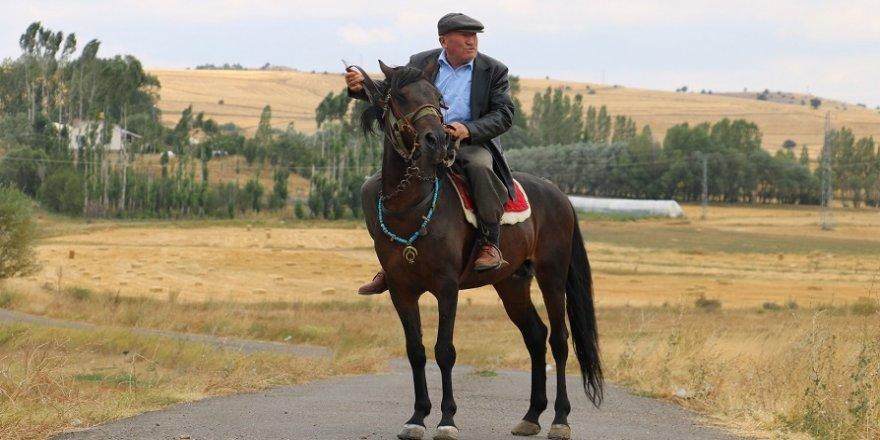 72 yaşında tüm ulaşımını atla sağlıyor