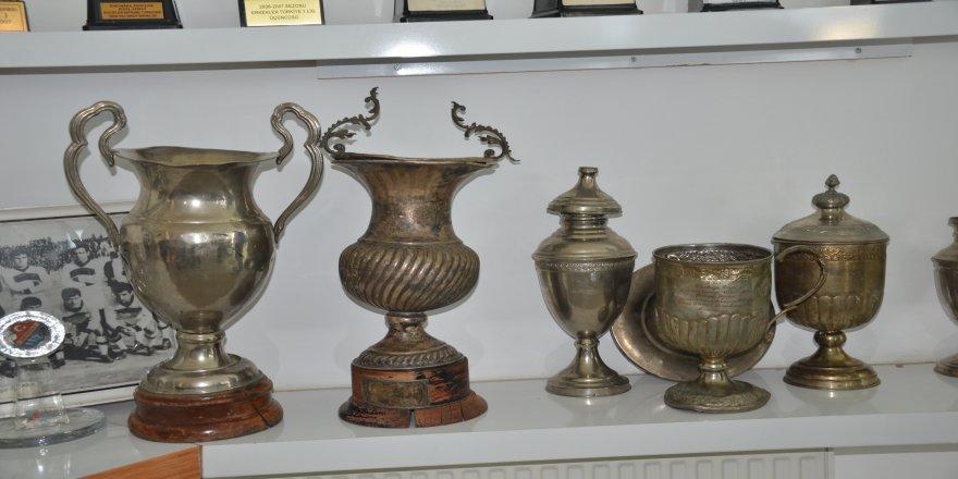 Denizlispor'un, içine çiçek dikilen kupaları geri getirildi