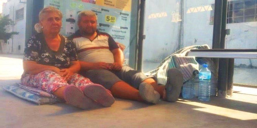 Engelli oğluyla durakta yatıyordu