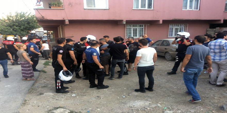 Cezaevi firarisini yakalamak isteyen polise taşlı saldırı
