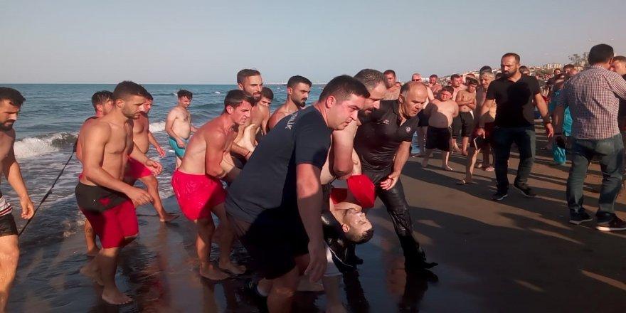 Denize giren 4 arkadaş boğulma tehlikesi geçirdi