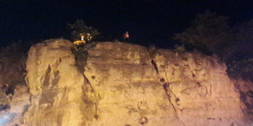 Kayalıklara çıkan genç kızın intihar girişimini çay içerek izlediler