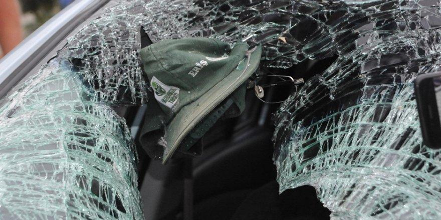 Gözlüğü ve şapkası otomobilin camına yapıştı