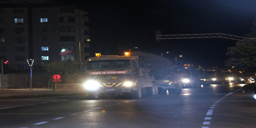 Kilis'ten İdlib sınırına obüs ile tank sevkıyatı